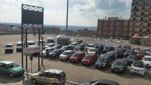 Giorgio Vinella evento Gold Week concessionaria In-Auto Putignano Piazza Aldo Moro dall'alto