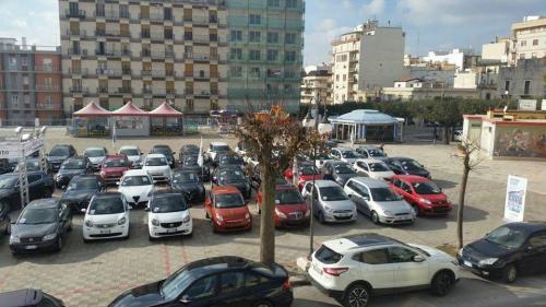 Giorgio Vinella evento Gold Week concessionaria In-Auto Putignano vista piazza Aldo Moro