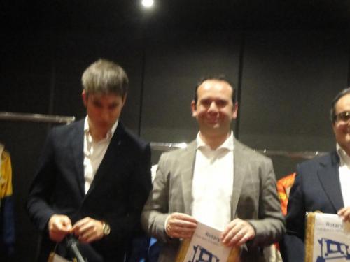 Giorgio Vinella evento Rotary Bari ospite serata con presidente Nicola Capriati consegna gagliardetto