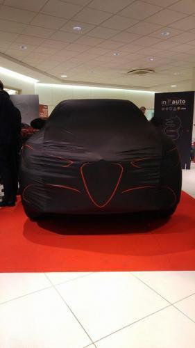 Giorgio Vinella evento Alfa Romeo Stelvio concessionaria In-Auto Putignano auto con telo