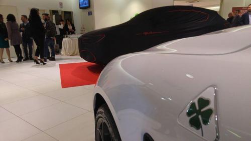 Giorgio Vinella evento Alfa Stelvio concessionaria In-Auto Putignano auto con telo